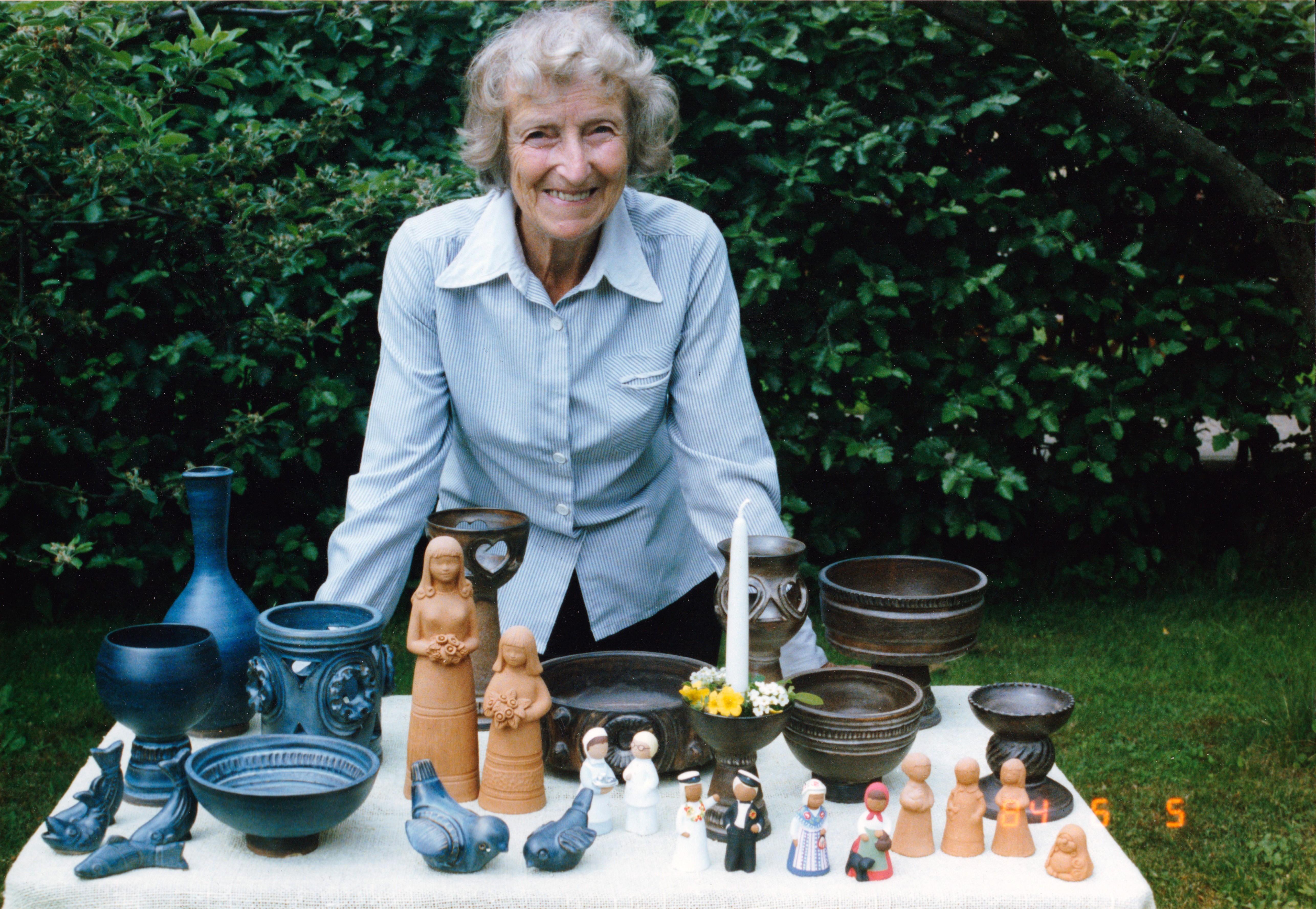 Irma Yourstone utanför dåvarande bostaden och keramikverkstaden Aleslätt 1984.