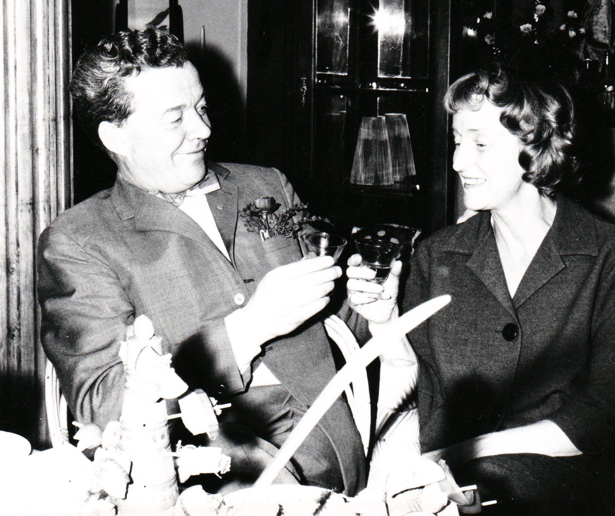 Irma Yourstone med maken Henry Yourstone skålar för en lyckad invigning av Lerlaxen 1963. Alla var där.